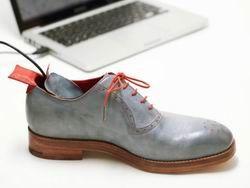 Создана обувь, которая направит владельца домой