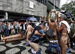 Голые работники бразильской нефтяной компании устроили голую акцию протеста (фото)
