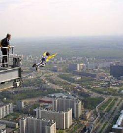 Бейсджамперам сегодня все-таки удалось прыгнуть с Останкинской башни
