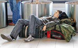 Пассажиры задержанных рейсов опять остались без еды и ночлега