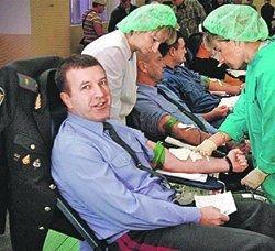 300 милиционеров сдали для больных раком детей кровь