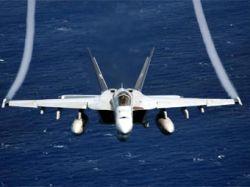 Истребитель F-18 ВМС США случайно уронил бомбу на курортный городок