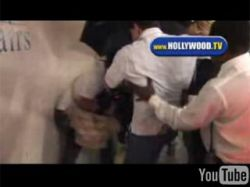 Охранник Линдси Лохан (Lindsay Lohan) ударил в пах назойливого фотографа (видео)