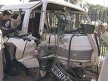 В Пакистане при подрыве микроавтобуса погибли 6 человек