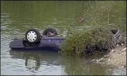 В результате падения автомобиля в озеро на Украине погибли 4 человека