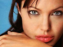 Анджелина Джоли превращается в скелет
