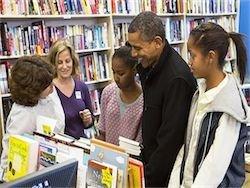 США: Барак Обама с дочками прошелся по магазинам