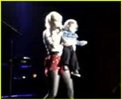 Гвен Стефани (Gwen Stefani) представила своего сына поклонникам (видео)