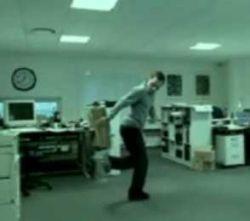 Забавное офисное развлечение (видео)