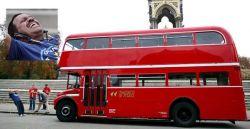 Англичанин протащил лондонский автобус, привязав к его ушам (видео)