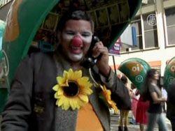 Клоуны смешили прохожих на ежегодном параде в Рио