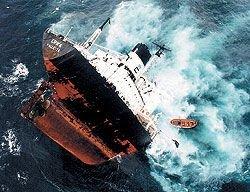 У берегов Севастополя во время шторма затонуло судно с грузом металла на борту
