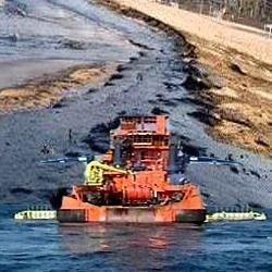 МЧС: Сбор мазута на Черноморском побережье приостановлен из-за шторма