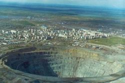 Самый большой карьер в мире расположен в России неподалеку от города Мирный (фото)