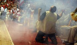 Баскетбольные фанаты устроили взрыв во время матча (видео)