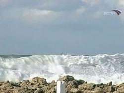 ЧП на Сахалине: шторм выбросил на мель рыболовную шхуну, есть пострадавшие
