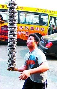 Житель города Чанша Лю Чжихэ заставил «танцевать» одновременно 80 железных шаров на своей ладони