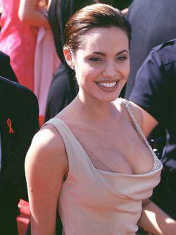 Мать девочки, которую удочерила Анджелина Джоли, довольна судьбой дочери