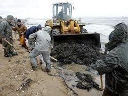 Врачи озабочены безопасностью людей, убирающих мазут в Керченском проливе