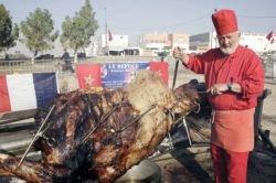 Французский повар приготовил самый большой в мире шашлык из верблюда