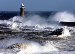 В Испании шторм смыл в море туристов