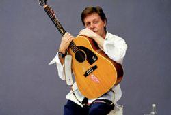 Трехметровую гитару Пола Маккартни продали за 60000 фунтов
