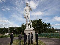 В Японии на статую оденут штаны
