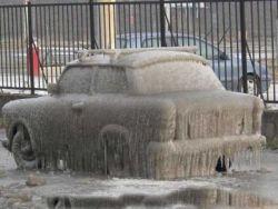 Москвичей решили не штрафовать за сброс снега с машин во дворе