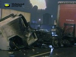 В Москве фура на огромной скорости протаранила иномарку