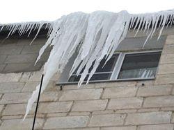 Ледяная глыба упала с крыши на ребенка в Калуге