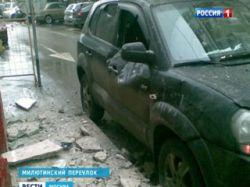 В Москве обрушившаяся с дома облицовка повредила два автомобиля