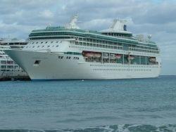 4 тысяч человек заперты на борту неуправляемого лайнера