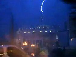 Молния поразила собор Святого Петра в Ватикане