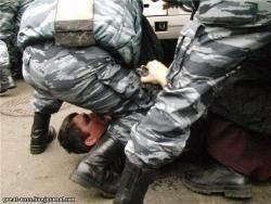 20 дебоширов палками избили 4 полицейских в Туве
