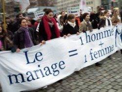 Во Франции одобрен закон об однополых браках и усыновлении