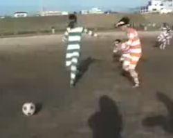 Японцы играют в футбол при помощи бинокля (видео)