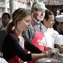 Звезды Голливуда в День Благодарения кормили бездомных в Лос-Анджелесе