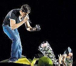 Энрике Иглесиас на концерте в российской столице пил водку и непринужденно общался с публикой