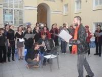 Жители Санкт-Петербурга жалуются на жизнь припеваючи (видео)
