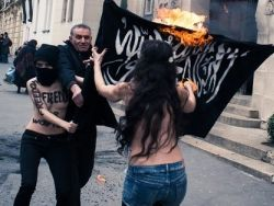 Активисток FEMEN задержали за обнажение у мечети