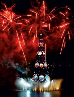 Самая высокая плавучая новогодняя елка зажглась в Бразилии