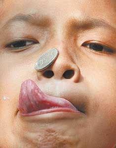 Малыши предпочитают хранить игрушки в носу