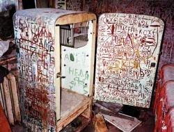Странные надписи в квартире сумасшедшего человека (фото)