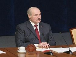 На субботнике Лукашенко укладывал бетон