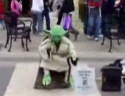 Невероятное уличное шоу с поющим мастером Йодо (видео)
