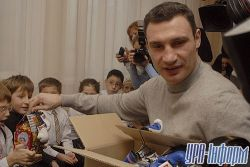 Виталий Кличко поработал Дедом Морозом (фото)