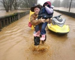 Наводнение в американском городе Вернониа привело к эвакуации людей (фото)