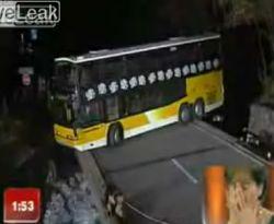 Сложный разворот автобуса над пропостью (видео)