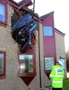 В британском городе Петербург автомобиль влетел в окно второго этажа (фото)