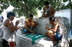 10 000 филиппинских семей живут на кладбище в Маниле (фото)